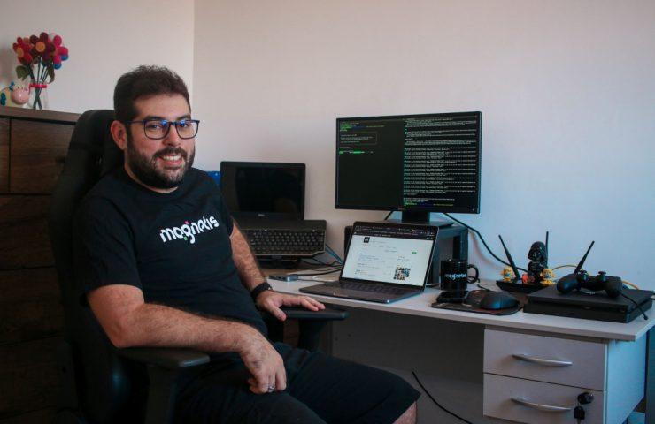 O desenvolvedor de software e trabalhador remoto Bruno Chagas em seu local de trabalho, um escritório em casa