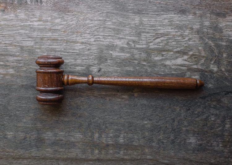 Malhete, o martelo do juiz, em cima de uma mesa