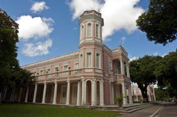 Fachada da reitoria da Universidade Federal do Ceará. UFC abre vagas para professor substituto