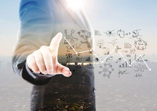 Homem com códigos de tecnologia da informação, um dos temas abordados no Mundo Senai