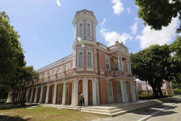 Fachada da Universidade Federal do Ceará, onde professores tutores serão lotados.