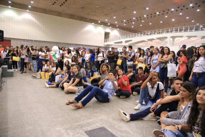 Jovens sentados e em pé acompanhando as palestras realizadas na EXPO CIEE 2018
