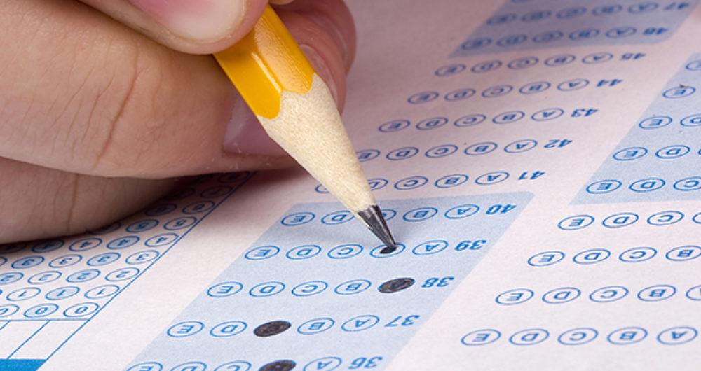 Pessoa marcando gabarito de prova escrita; na seleção de monitores para o Projeto Mais Aprendizagem, haverá prova objetiva