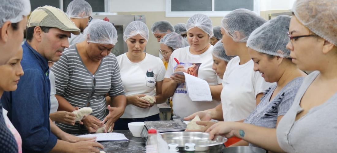 Adultos em uma cozinha aprendendo lições de gastronomia