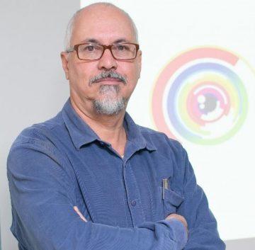 Imagem de Fábio Mestriner. Ele veste uma camisa azul, é careca, usa óculos e possui um cavanhaque. Especialista em embalagens.