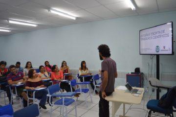 professor em uma sala de aula com alunos
