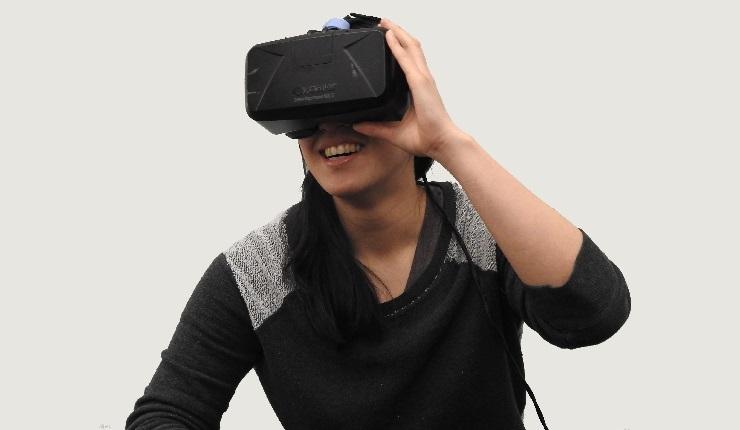 Mulher com óculos de inteligência virtual, que são um tipo de marketing de experiência