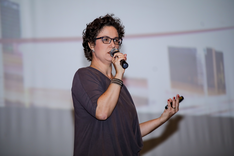 Mariana Carvalho, sócia da Ancar Ivanhoe, de perfil. Ela participa do Pós-NRF Ancar Ivanhoe