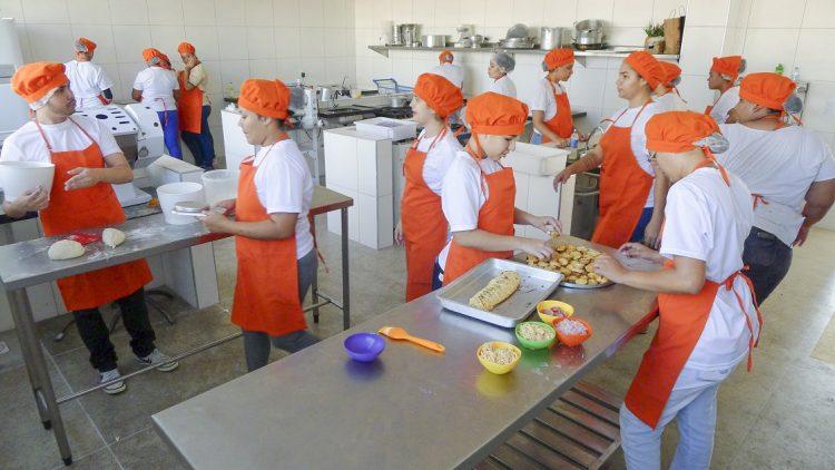 Alunos de um dos cursos profissionalizantes em Fortaleza, mais especificamente de culinária da SPS