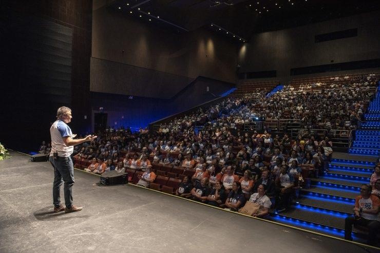 """Homem falando para uma plateia; curso """"A arte de falar em público"""" será realizado pelo Senac"""
