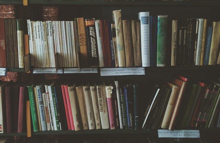 Livros empilhados em uma estante. Poemas poderão ser inscritos na 8ª edição do Concurso Literário Pague Menos