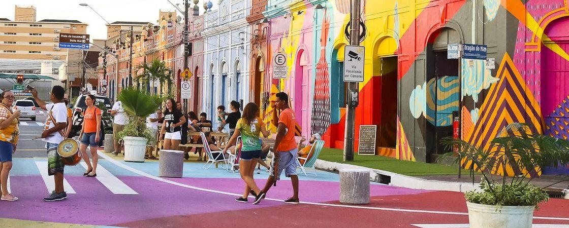 Ruas coloridas com pessoas passeando, no Dragão do Mar. Fortaleza Cidade Criativa do Design