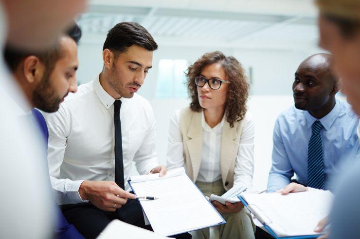 Reunião de trabalho de grupo de pessoas; novos profissionais não têm requisitos exigidos pelo mercado