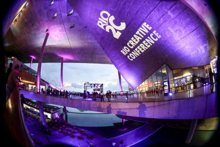 Indústria criativa: Rio2C acontece online em maio. Na foto, a marca do evento exposta na fachada da última edição, em um centro de eventos.