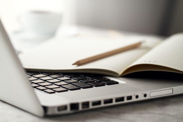 Notebook e caderno, simbolizando educação