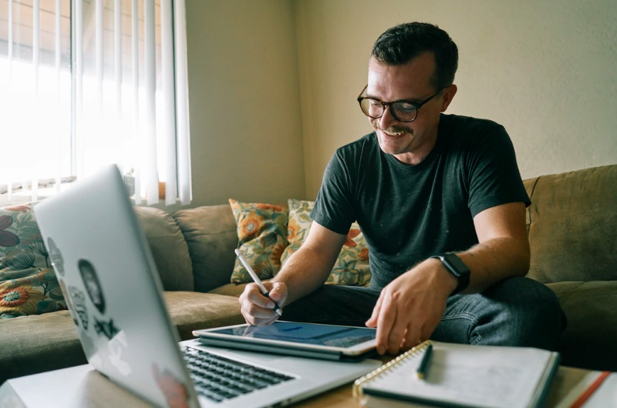 Lives: homem sentado em frente a computador ligado