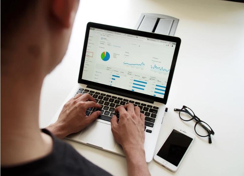 Pessoa em frente a computador, cursos online serão gratuitos durante quarentena