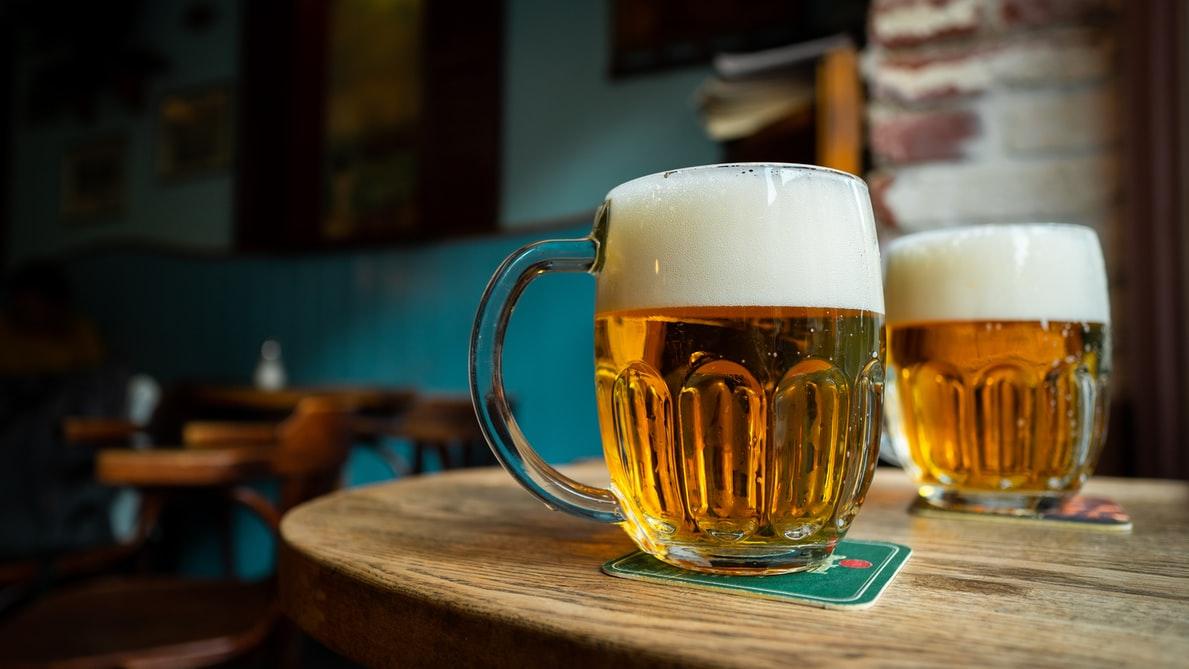 curso online de cervejaria: duas cervejas em cima de uma mesa