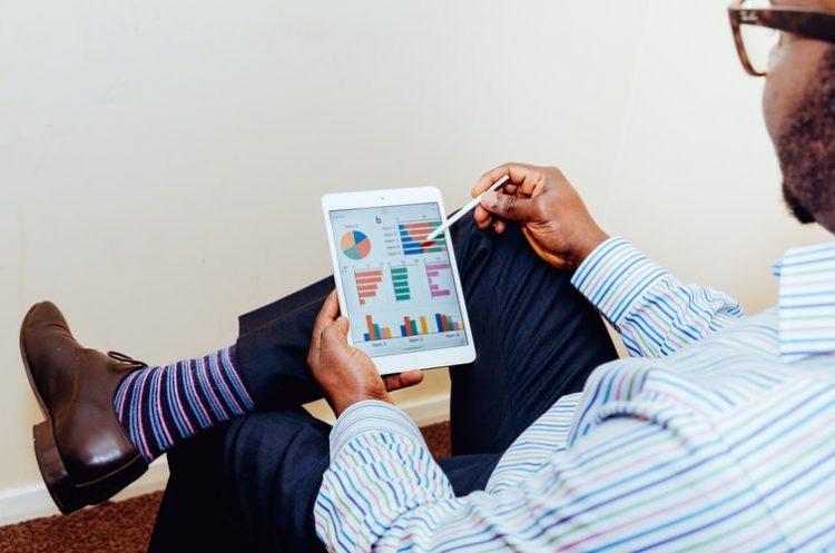 Homem mexendo em tablet; Senac Comércio abre cursos online