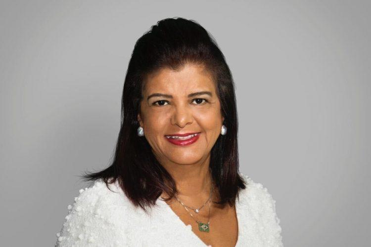 Liderança feminina - na foto, a empresária Luiza Helena Trajano, head do Magazine Luiza. Ela está sorrindo para a câmera e usa uma camisa branca, além de colares dourados e brincos brancos. Também usa um batom vermelho.