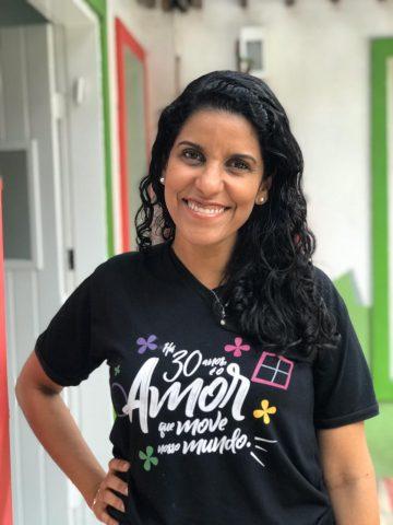 Sâmia Carvalho de perfil; ela fala sobre o desenvolvimento da criança