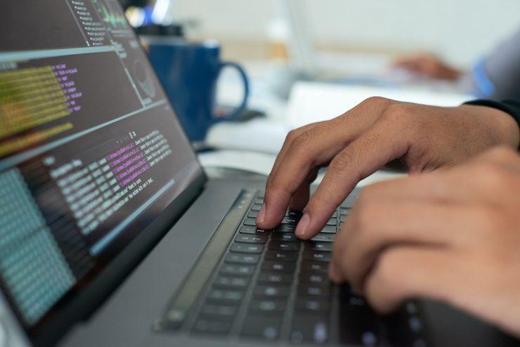 Homem digitando em notebook; Sidia abriu vagas para profissionais das áreas de Design e Desenvolvimento