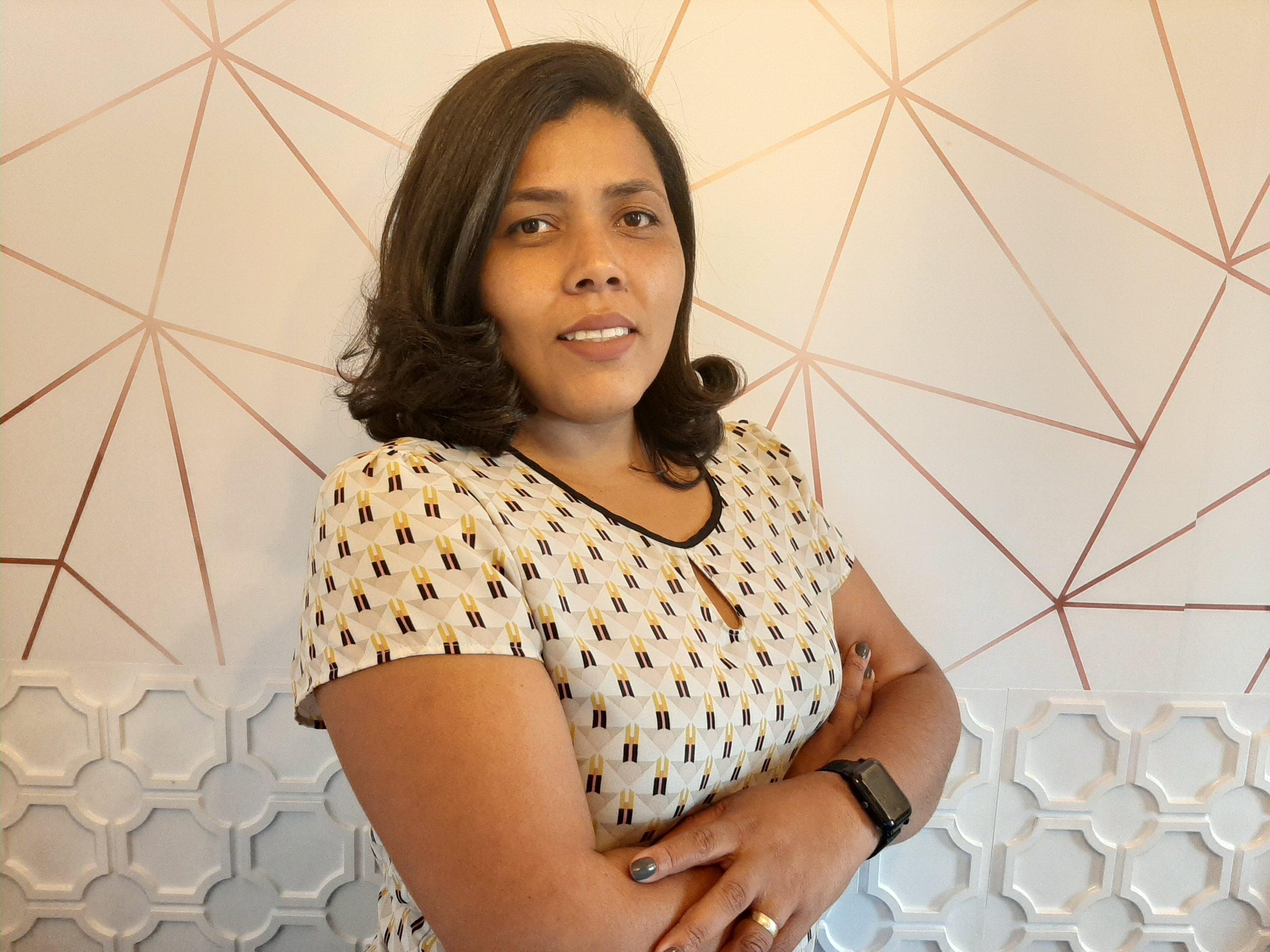 Nadjane Oliveira de perfil; ela dá dicas para uma entrevista online