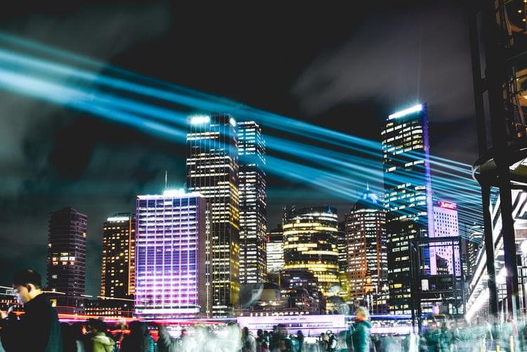 Revolução digital: na imagem, uma foto noturna da capital australiana, Sydney, com muitos prédios luminosos e altos