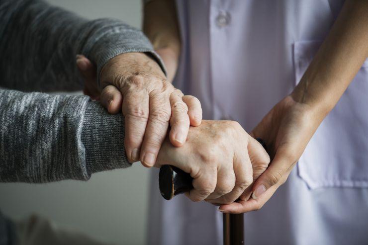 Mãos de idosa e de cuidadora; curso online gratuito é ofertado pela Central Nacional Unimed