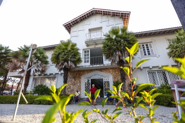 Produção e gestão cultural: na imagem, a fachada da Vila das Artes, escola de artes da Prefeitura. O espaço é uma casa ampla de três andares, pintada com cores claras, e há muitas árvores na frente